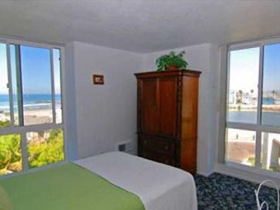 vacation rental corner bedroom panoramic ocean views, Oceanside, California, click to enlarge